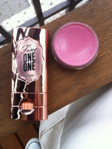 O Fine One One, da Benefit, é meu blush pêssego: ilumina, colore e afina em duas passadas. E o Casual Color, da MAC, dea aquele ruborzinho inocente nas bochechas, na boca...