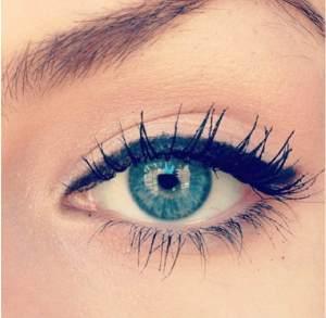 Quem tem olhos claros tende a ter rugas ao redor dos olhos mais cedo... Não se pode ter tudo!