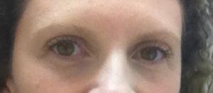 Sem sobrancelha: os olhos ficam pequenos, o rosto perde força...