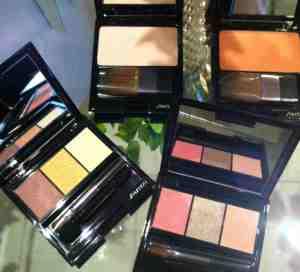 A coleção tem dois tons de blush (iluminador e pêssego) e duas paletas de sombras que colorem e tratam.