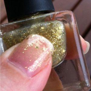O brilho delicado do Cha Cha Cha, da coleção House of Beauty para Bu, pode ajudar.