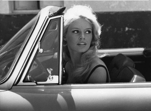 Será que no tempo de Brigitte a vida era mais tranquila? Quem nunca se maquiou no carro coloque o dedo aqui!