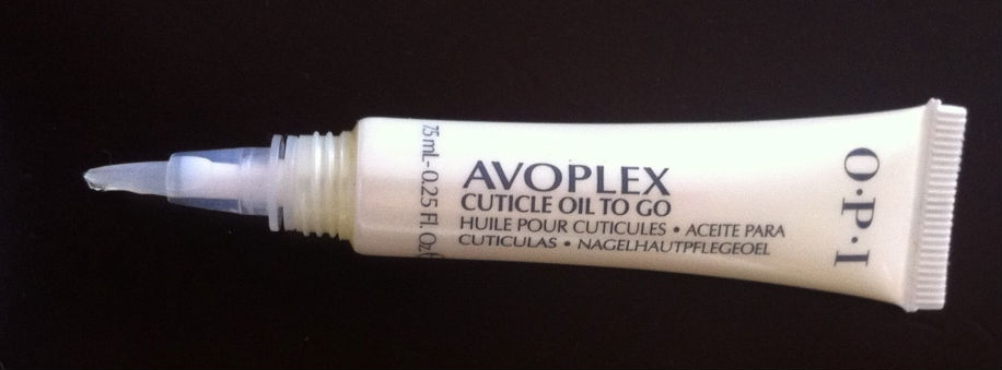 O Avoplex, da OPI, é uma canetinha muito prática. Duas ou três passadinhas no sinal fechado e as cutículas ficam hidratadas e lindas.