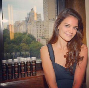 Katie Holmes não é uma simpatia? E ainda faz produtos sustentáveis para o nosso cabelo ficar mais bonito...