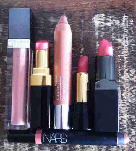 Escolha o seu nude: o Phyto Lip Gloss de Sisley tem um pouco de brilho, o Rouge Coco Shine, de Chanel, puxa levemente para o pêssego, o Chubbystick 09, de Clinique, é beeem nude, o L'Absolu Nu 201, de Lancôme, é mais rosado, assim como o Posy Pink, de Smashbox.