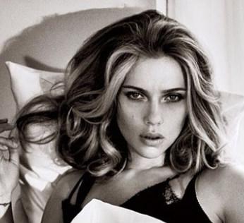 Ficar assim, com a carinha da Scarlett Johansson, não dea. Mas levar uma foto ajuda muito a chegar perto do resultado que você imaginou para a escova...