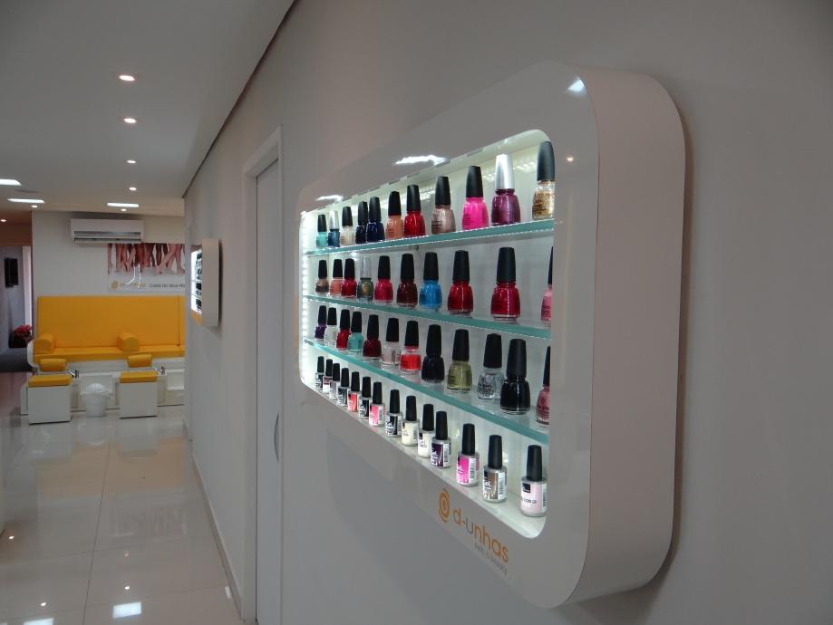No D-Unhas você pode escolher esmaltes de gel, que duram 15 dias nas unhas ou os tradicionais, da marca China Glaze.
