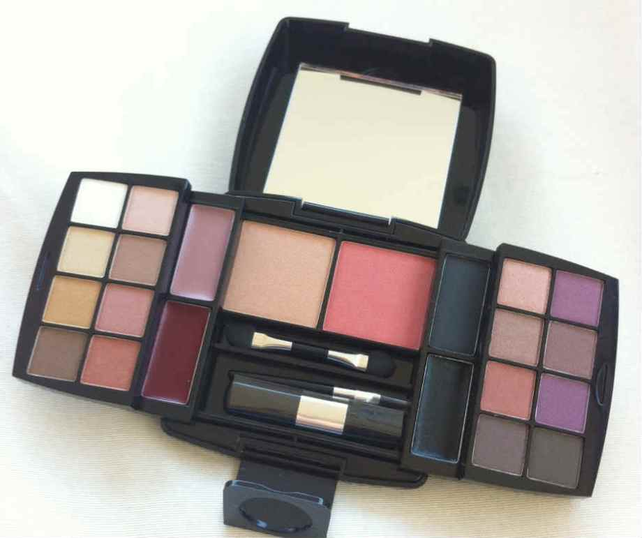 A Palette Make B. Classic Colours traz 18 sombras (uma vale por delineador), 2 blushes e 2 brilhos labiais.