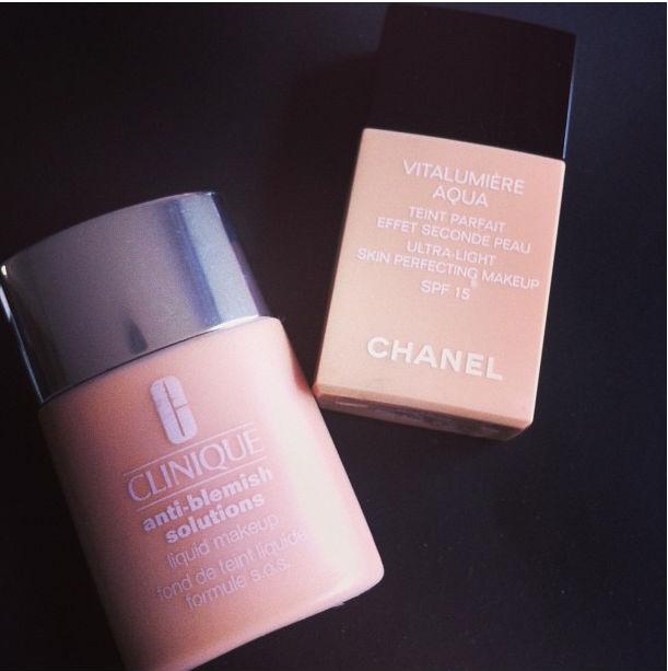 Clinique é bem sequinha (se o tempo estiver quente) e Chanel tem o acabamento mais natural, com cobertura leve.