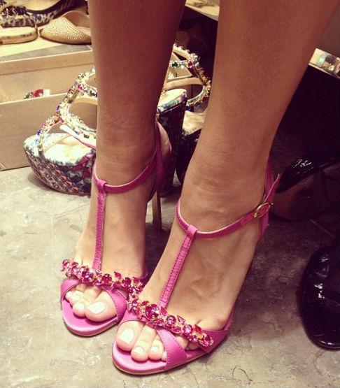 Quer desfilar linda em sandálias Luiza Barcelos? Precisa estar com a pele dos pés em dia!