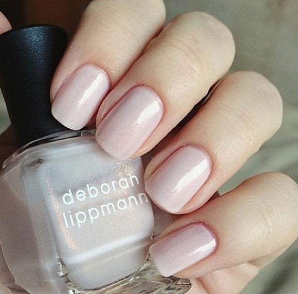 Lindo de morrer o esmalte La Vie en Rose, de Deborah Lippmann. Com um brilho interior, fica delicado nas mãos pouco bronzeadas de inverno.