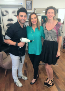 Com Wander Lima e Bia Marques, de GA.MA Italy, no HI Salão, aprendendo sobre como secar e chapar o cabelo para continuar com fios lindos.
